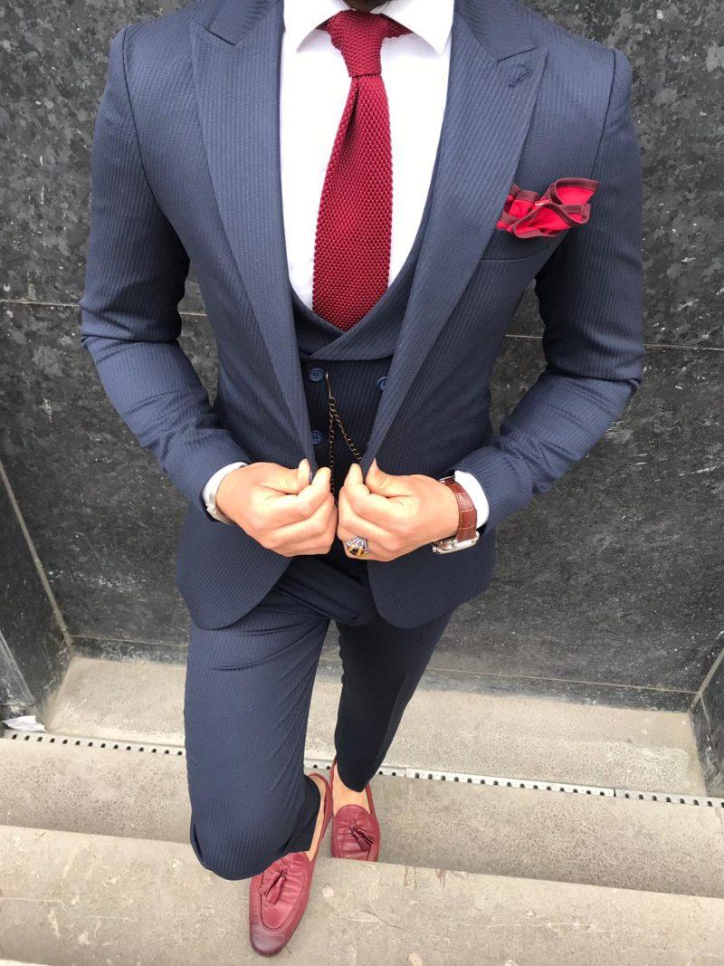 costume angelo marine avec cravate rouge et mocassins rouges