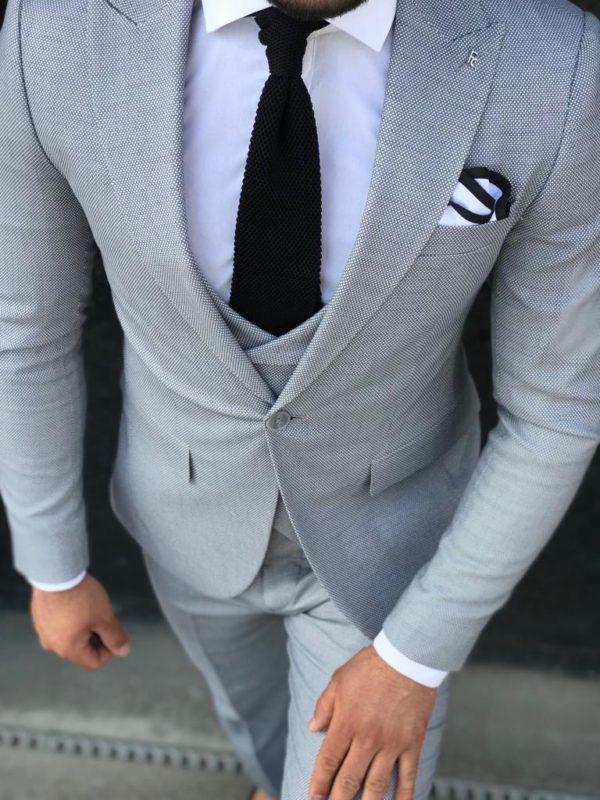costume Bazzo gris avec cravate noire